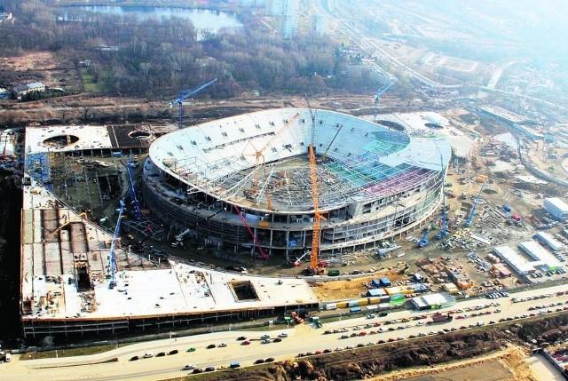 Na piłkarskim stadionie montowane są m.in. membrana, stalowa konstrukcja dachu i krzesła