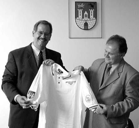 S. Luecke przekazuje W. Marasowi koszulkę z herbami obu zaprzyjaźnionych miast.