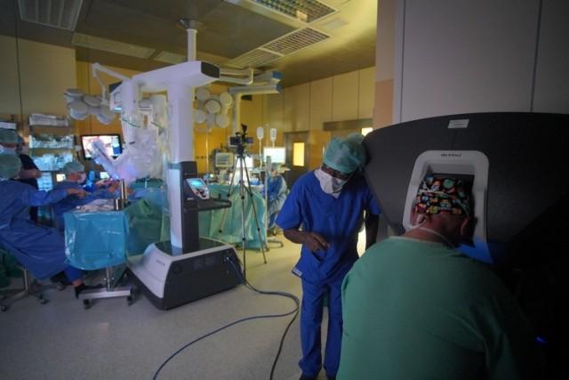 Pierwsza operacja laryngologiczna przeprowadzona za pomocą robota da Vinci odbyła się w Wielkopolskim Centrum Onkologii. Pacjent to mężczyzna w średnim wieku, który na sali operacyjnej pojawił się o godzinie 8.   Czytaj dalej --->