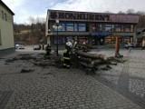 Z rynku w Gilowicach wycięto jedyne dwa drzewa. Mieszkańcy pytają dlaczego. Wójt tłumaczy [ZDJĘCIA]
