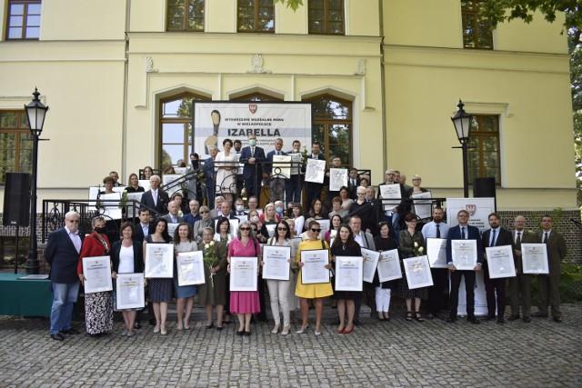 """Muzeum Śremskie odebrało nagrodę w Konkursie na Wydarzenie Muzealne Roku w Wielkopolsce """"Izabella 2020"""" za wystawę poświęconą Jerzemu Jurdze"""