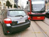 Łódź: tramwaje znów stały przez źle zaparkowany samochód. Na jednej z ulic w centrum to już plaga ZDJĘCIA