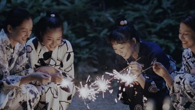 """Kadr pochodzi z filmu """"Nasza młodsza siostra"""" (reż. Hirokazu Koreeda), który zostanie wyświetlony w pierwszym cyklu Letniego Taniego Kinobrania w Kinie Pod Baranami."""