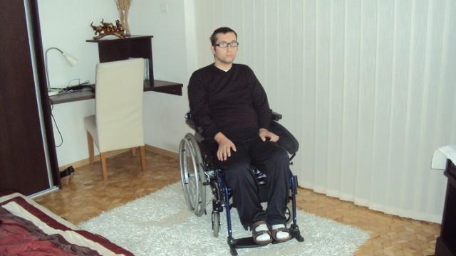 Przemek Nowak ma teraz 26 lat. Od czterech jeździ na wózku