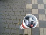 Kiedy wreszcie znikną śmieci z… słupków parkingowych w centrum Międzyrzecza?