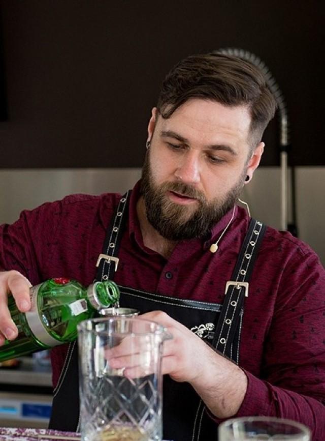 Bartłomiej Wójcik pochodzi z Gubina. Jako barman pracuje od czterech lat.