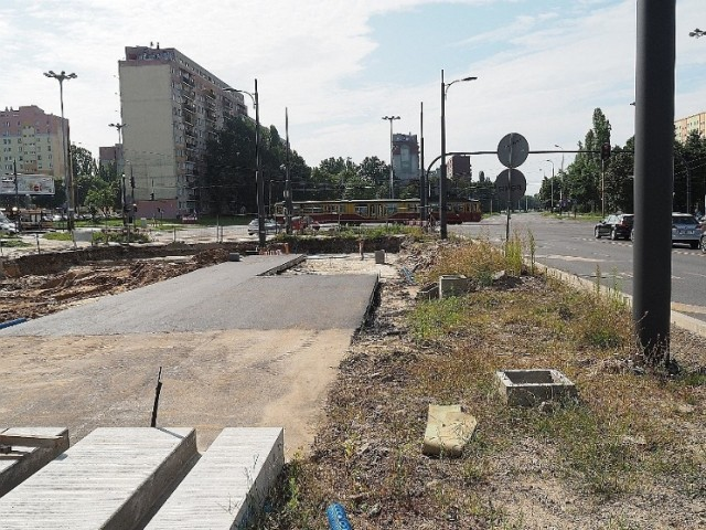Przede wszystkim trwa remont al. Śmigłego – Rydza od skrzyżowania marszałków do ul. Przybyszewskiego. Roboty drogowe mają zakończyć się tu 22 października.