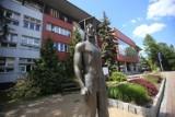 Studentka UŚ musi usunąć znak błyskawicy ze zdjęcia. Dla prof. Łabno to... symbol SS