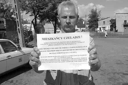 Jarosław Brzeziński pokazuje apel do mieszkańców z informacją o złożonej skardze. olgierd gÓrny