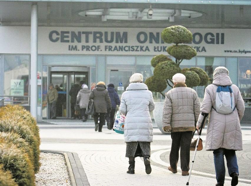 Przed wejściem do szpitala onkologicznego prawie zawsze jest...