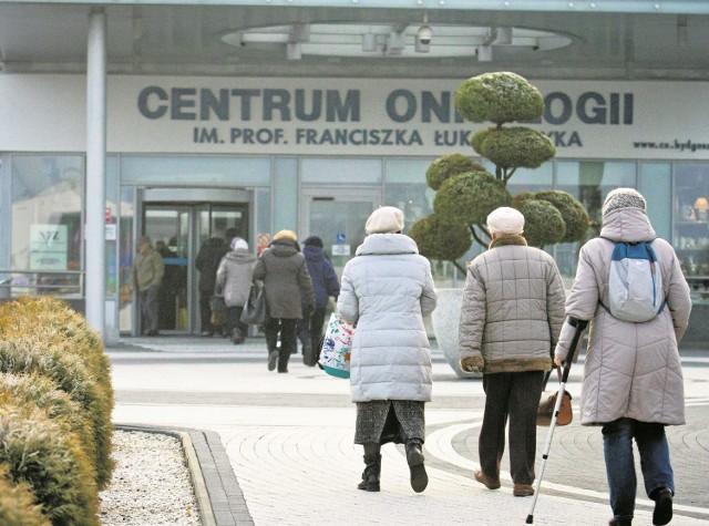 Przed wejściem do szpitala onkologicznego prawie zawsze jest spory ruch. Oby każdy stąd wychodził zadowolony z wyników badań