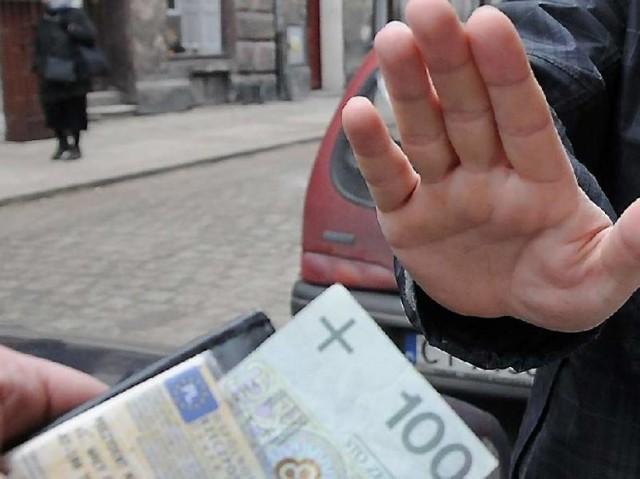 71-latek wręczył łapówkę policjantom z KMP Włocławek