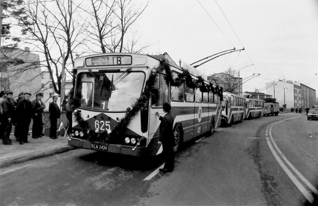 """Uroczystość uruchomienia 11 listopada 1986 r. linii trolejbusowej B z trolejbusami produkcji słupskiej """"Kapeny"""""""
