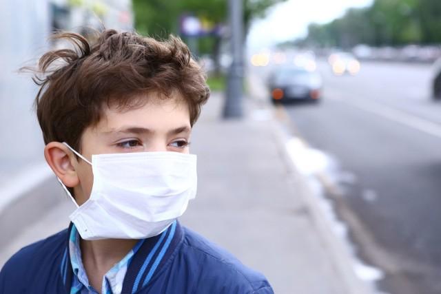 Czy koronawirus przenosi się przez powietrze i można się nim zarazić oddychając? WHO twierdzi, że nie ma na to dowodów. By się nie zakazić, trzeba pamiętać o zachowaniu zasad higieny.
