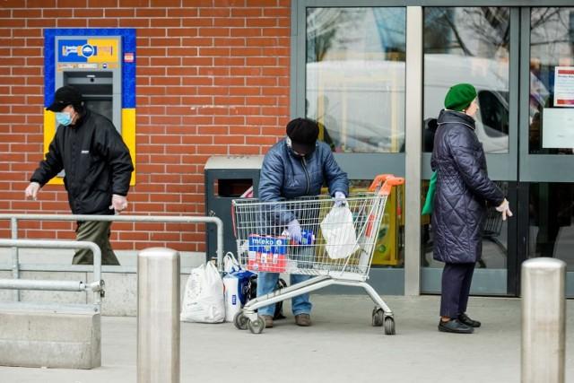 Godziny dla seniora to kolejne obostrzenie w walce z koronawirusem, które weszło w życie 1 kwietnia. Mimo że zasada obowiązuje dopiero tydzień, skarg, które napływają od pracowników sklepów jest coraz więcej - godziny dla seniorów paraliżują naszą pracę!