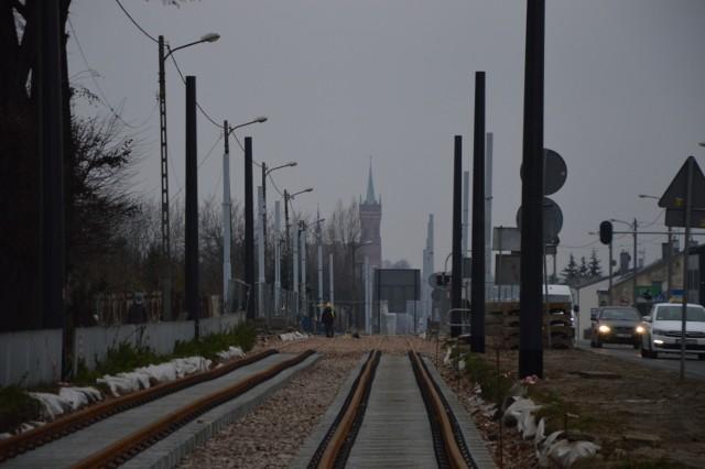 W rejonie Kuraka zamontowano stalowe słupy, które będą podtrzymywały sieć trakcyjną.