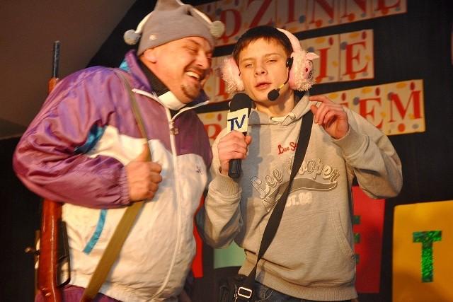 Jeden z występów kabaretu. Po lewej Piotr Musiał, dyrektor Domu Kultury w Łapanowie
