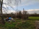 Góra śmieci pod ogródkami działkowymi w Oleśnicy. Brakuje kontenerów?