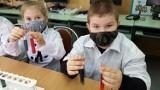 Dzikie wysypiska śmieci są zagrożeniem dla środowiska. Zajęcia laboratoryjne w szkole podstawowej w Jankowej