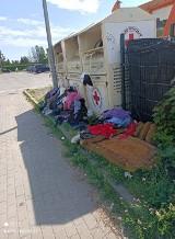 Bałagan przy pojemniku na używaną odzież w Szczecinku [zdjęcia]