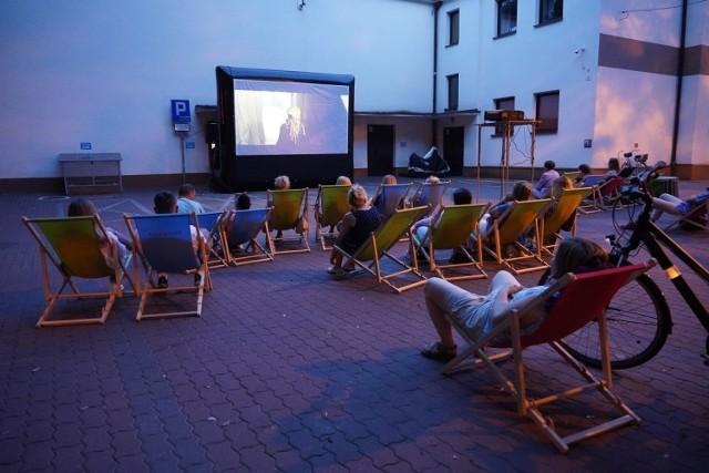 Kino plenerowe w Grójcu. Teraz można oglądać seanse emitowane przez nowy projektor, na większym ekranie.
