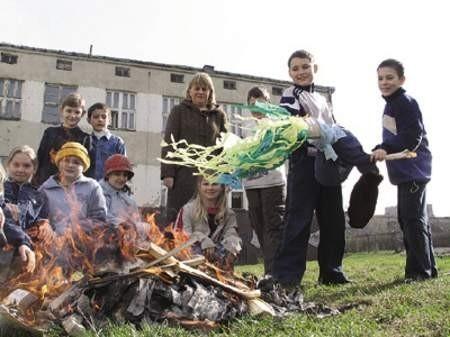 Uczniowie przygotowali stos dla Marzanny, którą w ogień wrzucają Mateusz Seredyka i Kamil Fiuk.
