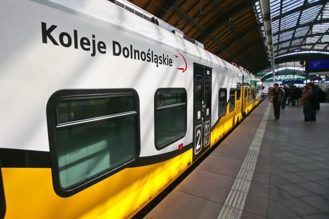 Wałbrzych, Wrocław  OBOWIĄZKI: – obsługa podróżnych zgodnie ze standardami firmy (sprzedaż biletów, udzielanie informacji, przyjmowanie reklamacji); – obsługa komputerowej kasy biletowej; – rozliczanie dziennej sprzedaży biletów.  WYMAGANIA: – wykształcenie minimum średnie; – mile widziana znajomość  języka obcego (angielski, niemiecki lub czeski); – komunikatywność oraz wysoka kultura osobista; – wiedza branżowa i chęć jej poszerzenia; – bardzo dobre umiejętności interpersonalne; – nastawienie na realizację celów; – samodzielność w wykonywaniu zadań.  OFERUJEMY: – zatrudnienie w ramach umowy o pracę; – atrakcyjne wynagrodzenie; – możliwość rozwoju zawodowego; – atrakcyjny pakiet świadczeń i benefitów; – pracę w równoważnym systemie czasu pracy.  Zgłoszenie CV wraz listem motywacyjnym z dopiskiem KASJER prosimy przesłać do 15 października 2021 r. na adres: rekrutacja@kolejedolnoslaskie.eu lub składać je osobiście w Biurze Zarządu (1. piętro).