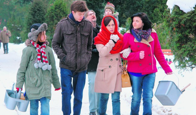 Rodzina Barańskich na cmentarzu Grabiszyńskim. W serialu będzie tu szukała grobów bliskich