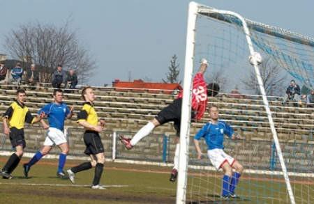 Piłkarze Unii Ząbkowice (błękitne koszulki) kilka razy zagrozili poważnie bramce Podlesianki.