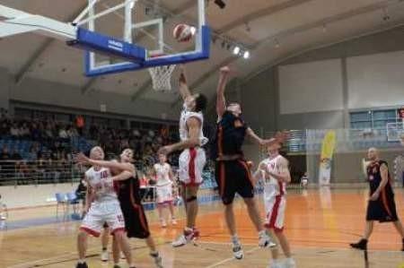 Koszykarze MKS-u (jasne stroje) nie mają na razie sobie równych.