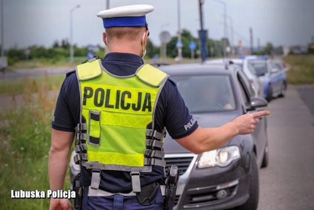 """Kierowcy nagminnie łamią przepisy, a najczęstszym grzechem jest przekraczanie dozwolonej prędkości. Tylko w środę, 14 lipca, lubuscy policjanci wypisali 440 mandatów i zatrzymali 9 praw jazdy.     Policjanci przeprowadzili działania pod nazwą """"Kaskada"""". W środę, 14 lipca, od samego rana funkcjonariusze drogówki kontrolowali prędkość pojazdów na drogach całego województwa.   Kierowcy, którzy nie stosowali się do ograniczeń, musieli liczyć się z konsekwencjami swojego zachowania. Efektem policyjnej akcji jest ujawnienie 440 wykroczeń, za które sprawcy otrzymali mandaty karne. 9 kierowców, którzy w terenie zabudowanym przekroczyli dozwoloną prędkość o ponad 50 km/h, może stracić prawo jazdy.  Mundurowi poza sprawdzaniem prędkości, kontrolowali także trzeźwość, dokumenty i uprawnienia do kierowania. Szczególną uwagę zwracali na stan techniczny pojazdów. Kierowcy w takich wypadkach musieli liczyć się z zatrzymaniem dowodu rejestracyjnego i koniecznością naprawy usterki.  Czytaj także: Nowi policjanci w Lubuskiem. Właśnie złożyli ślubowanie"""
