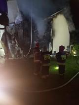 Kraków. Pożar domu jednorodzinnego w Tyńcu. Ogień ogarnął cały budynek