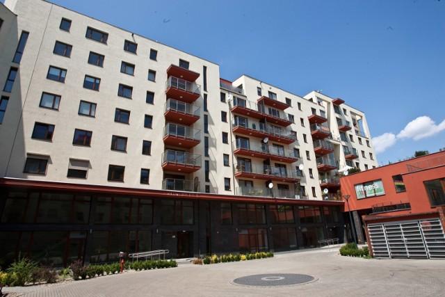 Ci, którzy liczyli na duże spadki cen lokali, są rozczarowani – mieszkania wciąż drożeją.