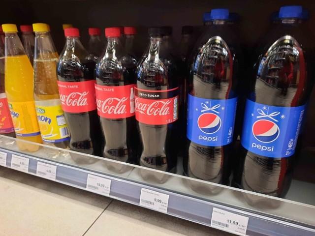 Ceny napojów słodzonych, zdjęcia z 8.01 2021 r.  Stacja benzynowa Orlen - Coca-cola 1,5 l - 10,99 zł, Coca-Cola Zero 1,5 l - 9,99 zł, Pepsi 2 l - 11,99 zł  Zobacz kolejne zdjęcia. Przesuwaj zdjęcia w prawo - naciśnij strzałkę lub przycisk NASTĘPNE