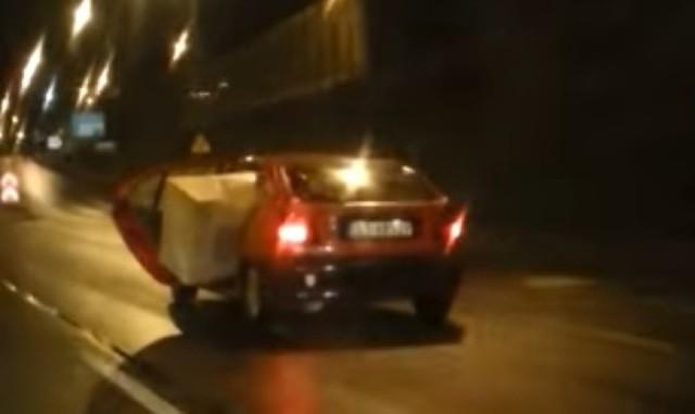 Kierowca renault megane przewozi za duży pakunek