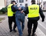 Zakuty w kajdanki 29-latek pobił dwóch policjantów