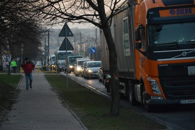 Remont odcinka DK74 w Sulejowie wiąże się z utrudnieniami w ruchu i objazdem dla jadących od strony Kielc