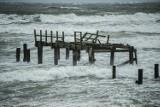 Silny wiatr w Koszalinie i regionie. Sztorm na Bałtyku. W Mielnie woda zabrała plażę! [ZDJĘCIA, WIDEO]
