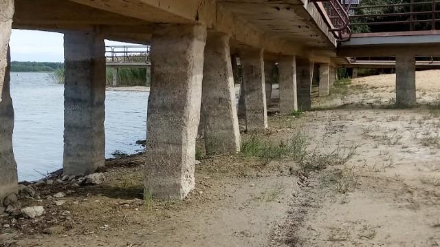 Jezioro traci wodę od lat. W miejscu, gdzie kiedyś można było skakać do wody, jest... piach
