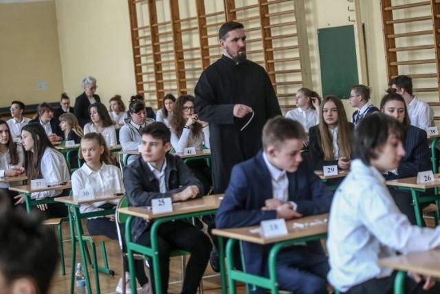 W komisjach zasiadają m.in. emerytowani nauczyciele, ale także osoby, które mają odpowiednie uprawnienia do tego, by pracować w komisji, np. katecheci