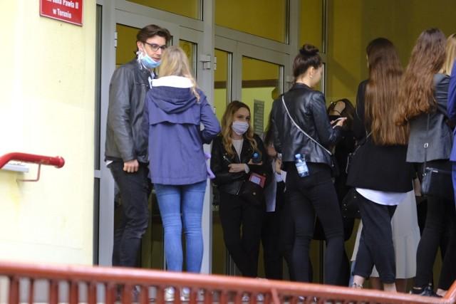 W Toruniu trwają matury. Wczoraj maturzyści zmagali się z językiem polskim, dziś przyszedł czas na matematykę. Na  zdjęciach prezentujemy zdających z V Liceum Ogólnokształcącego w Toruniu.