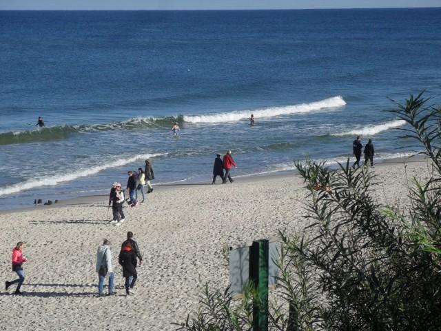 W minioną niedzielę (11 października) dobra pogoda zachęcała mieszkańców i turystów do spacerów. Promenada, plaża i ulice Ustki zaludniły się, ale wszyscy pamiętali o zachowaniu bezpieczeństwa sanitarnego. Zobaczcie zdjęcia!