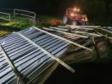 Wiatr zerwał dach w Przybkowie koło Barwic. Uszkodzone auta, duże straty [zdjęcia]