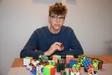 Zbąszyń. Hobby z kostką Rubika. Magiczna kostka uczy logicznego myślenia i rozwija zdolności manualne. Też tak potrafisz?