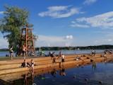Niedzielne popołudnie nad Chechłem. Była przepiękne pogoda. Tłumy ludzi na plaży i w wodzie.