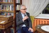 """40 audycji, 40 pytań, 40 nagród. Biblioteka w Pruszczu rozpoczyna cykl """"Historia na 5 minut"""". Prowadzi prof. Chwalba"""
