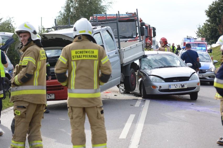 W Pokrzywnie zderzyły się trzy samochody. Droga była...