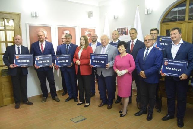 Promesy z Funduszu Inwestycji Samorządowych odebrali przedstawiciele wszystkich samorządów z powiatu aleksandrowskiego