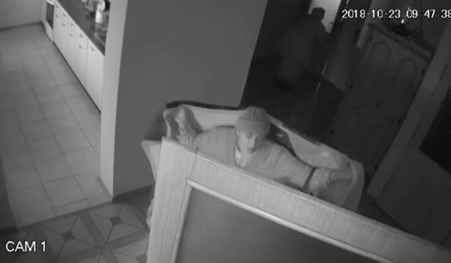 """Policja z Kalisza, jako pierwsza opublikowała nagranie z monitoringu pokazujące, jak dwie kobiety pod pretekstem koca okradły mieszkanie starszej kobiety w Blizanowie. Niestety, podobne przypadki kradzieży zdarzyły się już w Warszawie.   Warto obejrzeć to nagranie, aby w przyszłości nie dać się nabrać w podobny sposób. Do domu seniorki pod pretekstem sprzedaży koców, weszła kobieta. Nieznajoma tak umiejętnie odwróciła uwagę starszej pani, że ta nie zauważyła, kiedy do jej domu weszła wspólniczka """"akwizytorki"""". Łupem kobiet padła biżuteria oraz pieniądze.  Policjanci pracujący nad sprawą zabezpieczyli nagrania z monitoringu, na których zarejestrowane zostały sylwetki kobiet, podejrzewanych o kradzież.  Zobacz, jak wyglądała kradzież """"na koc"""":"""