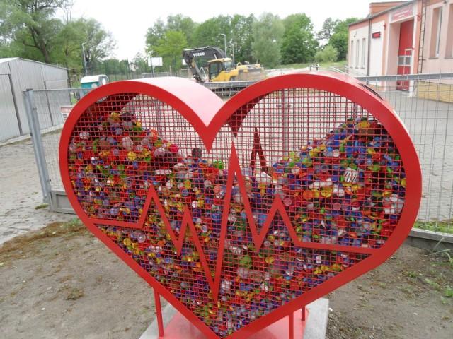 Pojemnik w kształcie serca został ustawiony przy remizie OSP w Duninowie koło Ustki. Służy do zbierania nakrętek, które dzięki którym uda się pomóc potrzebującym.